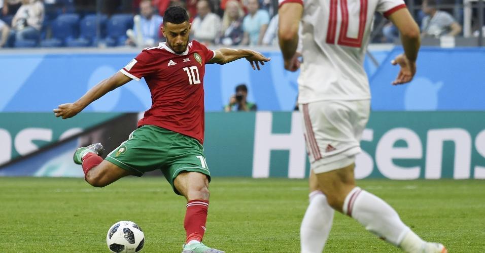 Younes Belhanda, do Marrocos, arma chute em jogo contra o Uruguai