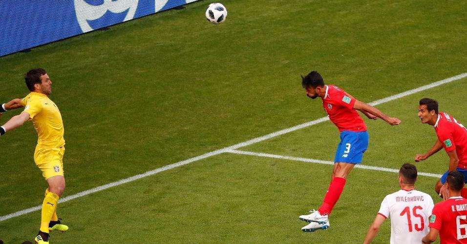 Giancarlo Gonzalez, da Costa Rica, desperdiça grande chance de gol na primeira etapa