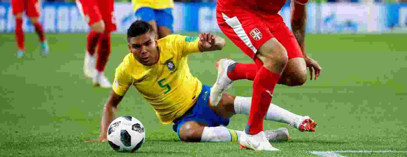 Casemiro, do Brasil, divide a bola com o atacante Aleksandar Mitrovic, da Sérvia - Axel Schmidt/Reuters