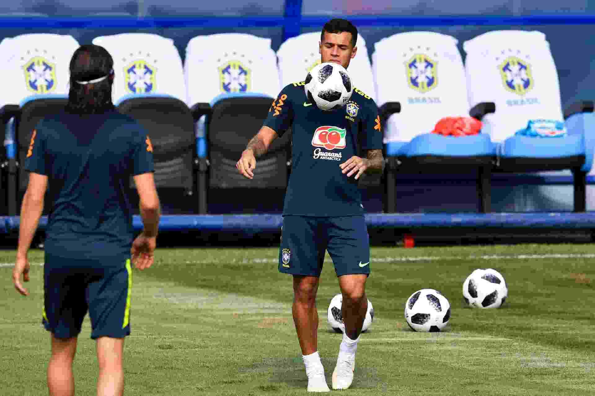 Philippe Coutinho domina a bola no peito durante treino da seleção brasileira - AFP PHOTO / Nelson Almeida