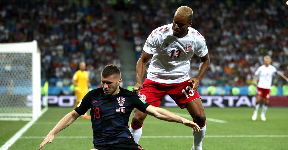 Mathias Jorgensen derruba Ante Rebic no duelo entre Croácia e Dinamarca