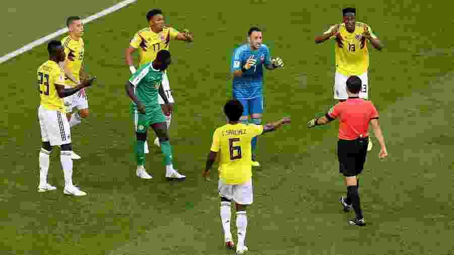 Árbitro Milorad Masic marca penalidade contra a Colômbia, mas muda decisão após interferência do VAR - Getty Images