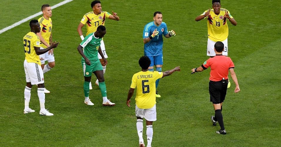 Árbitro Milorad Mazic marca penalidade contra a Colômbia, mas muda decisão após interferência do VAR