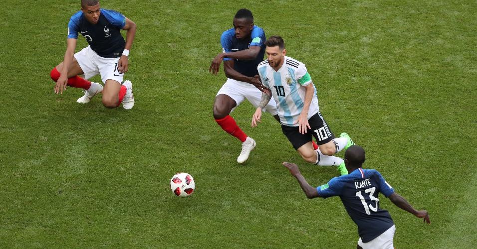 Messi domina a bola marcado pelos franceses Mbappé, Matuidi e Kanté