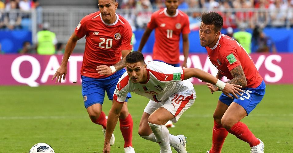 Dusan Tadic, da Sérvia, sofre forte marcação