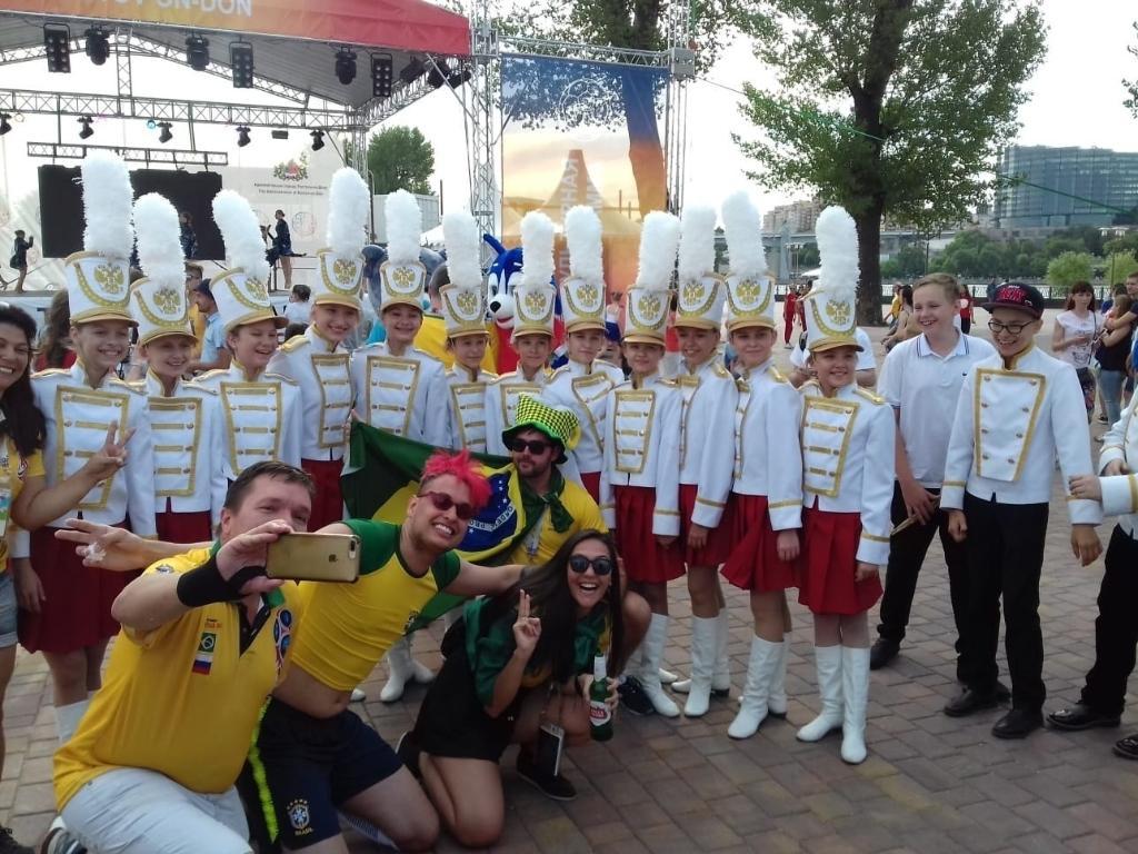 Youtuber Baea, do UOL, posa para fotos antes do jogo do Brasil