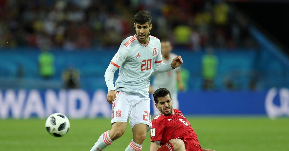 O meia Marco Asensio, da Espanha, é interceptado pelo defensor Saeid Ezatolahi, do Irã