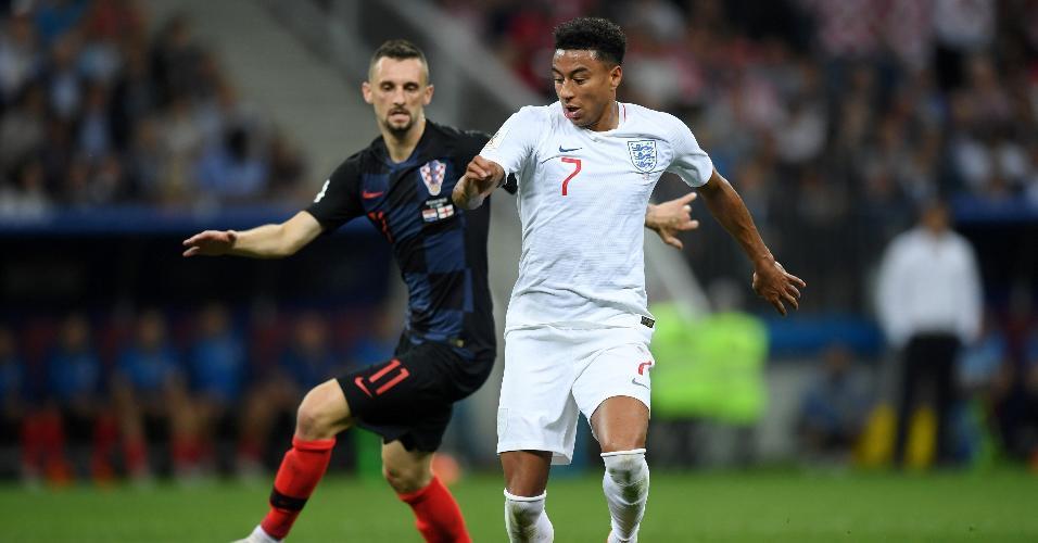 Jesse Lingard, da Inglaterra, disputa posse de bola com Marcelo Brozovic, da Croácia