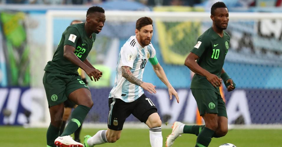 Lionel Messi, da Argentina, é marcado de perto por John Obi Mikel e Kenneth Omeruo, da Nigéria