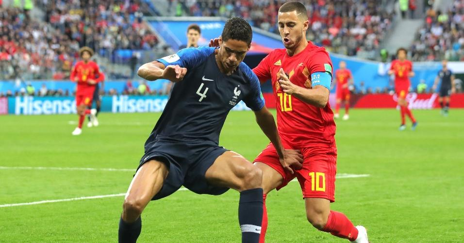 Raphael Varane, da França, desafiado por Eden Hazard, da Bélgica
