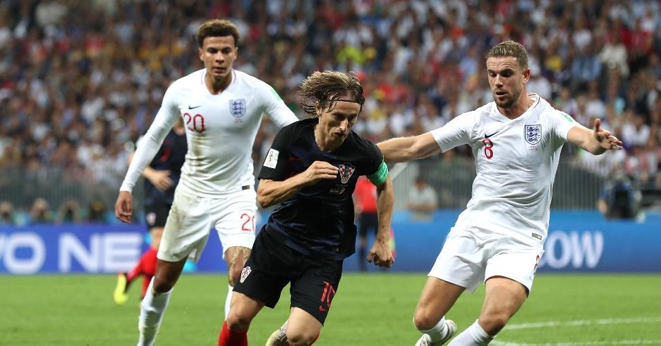 Luka Modric, da Croácia, disputa bola com Dele Alli e Jordan Henderson, da Inglaterra, ainda durante o primeiro tempo da partida