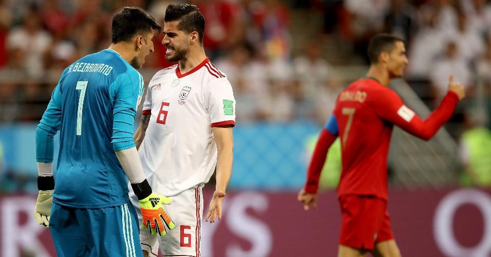 Alireza Beiranvand e Saeid Ezatolahi, do Irã, se estranham após falha defensiva em jogo contra Portugal