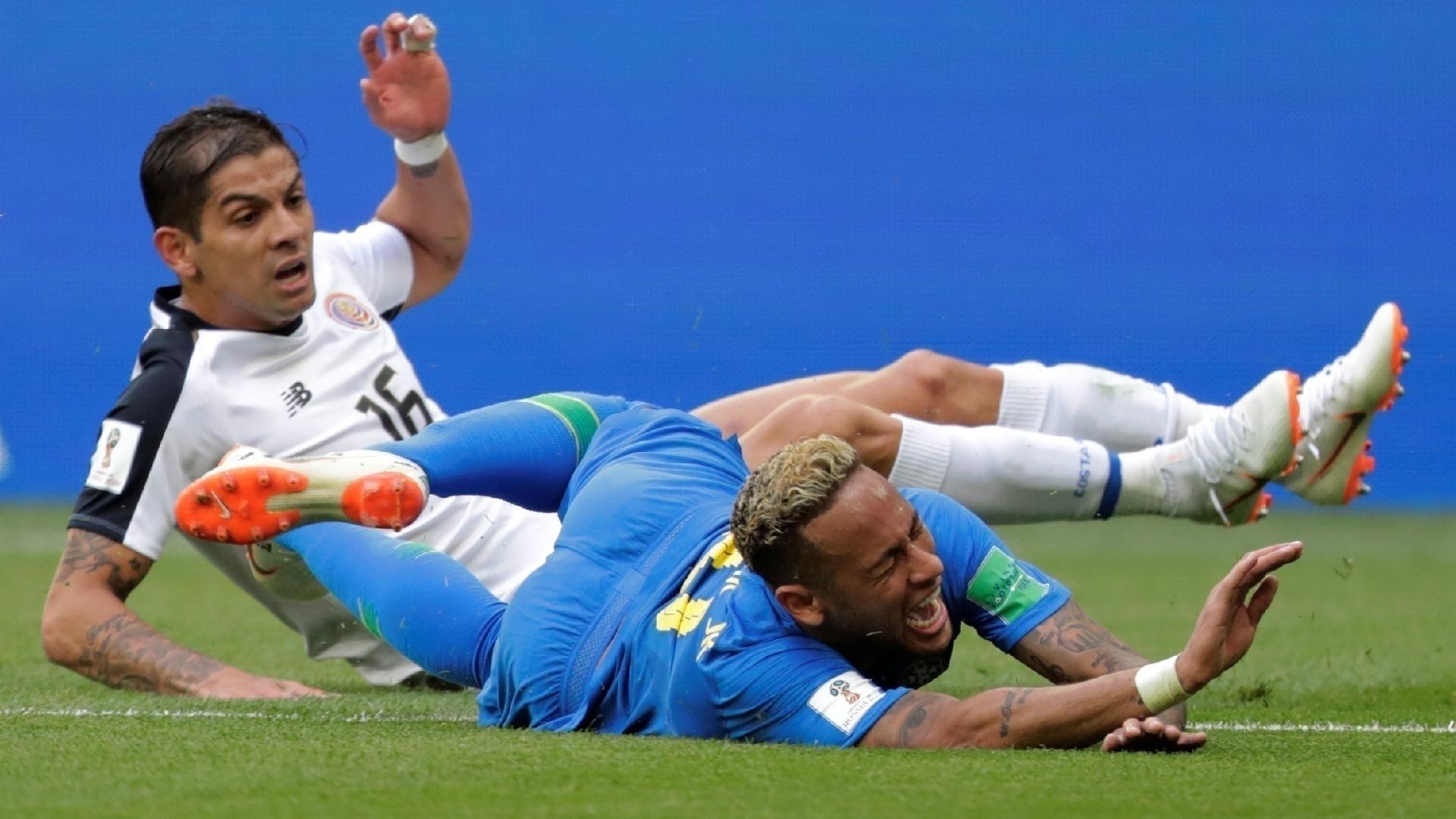 No primeiro tempo, Costa Rica montou linha defensiva com nove atletas de linha, além de Navas no gol, deixando somente um atleta próximo à intermediária