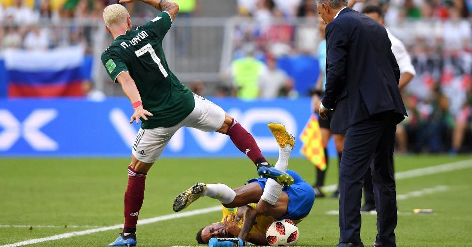 Neymar caiu na lateral após disputa de bola com Chicharito