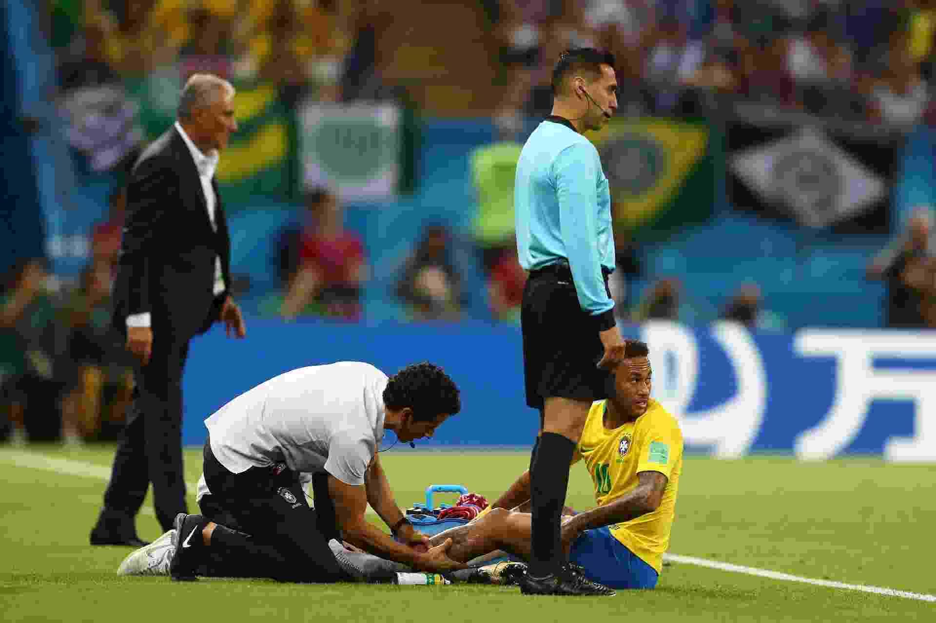 Neymar é atendido pelo médico Rodrigo Lasmar durante o jogo entre Brasil e Bélgica - Lars Baron - FIFA/FIFA via Getty Images