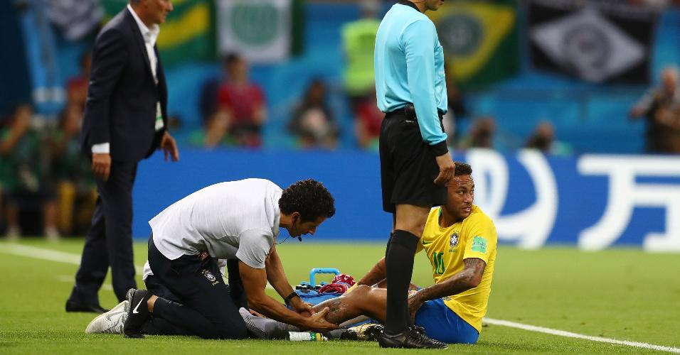Neymar é atendido pelo médico Rodrigo Lasmar durante o jogo entre Brasil e Bélgica