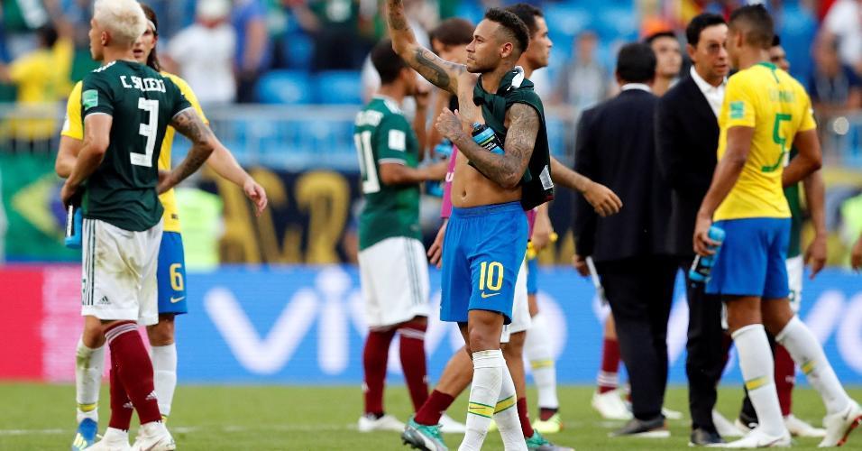 Neymar cumprimenta público após a vitória do Brasil contra o México