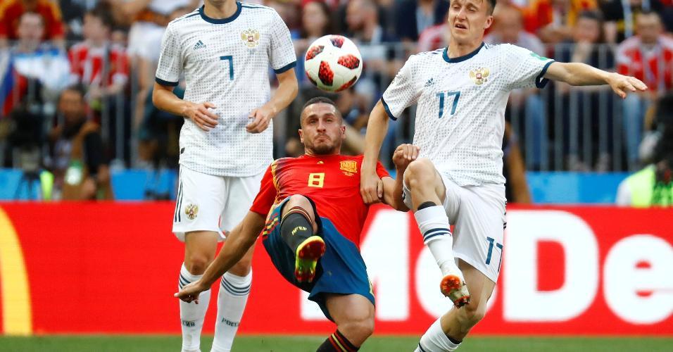 Os russos Golovin e Kuzyayev fazem a marcação em Koke, da Espanha