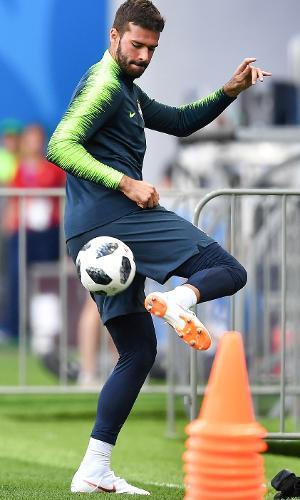 Alisson brinca com a bola durante treino da seleção brasileira