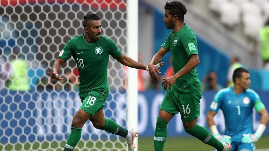 Salem Aldawsari e Hussain Almoqahwi celebram o gol da vitória da Arábia Saudita contra o Egito - Getty Images