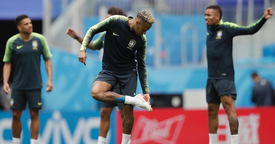 Neymar olha para a chuteira durante treino da seleção brasileira