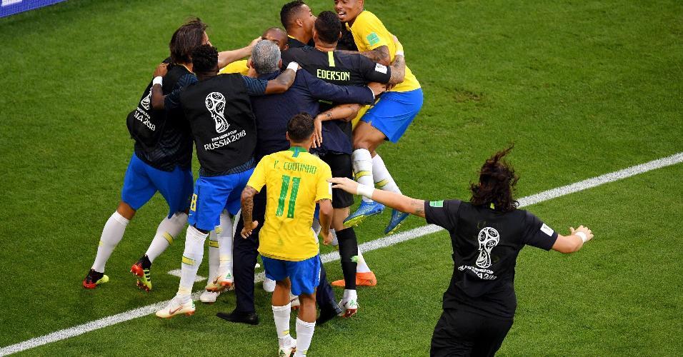 Jogadores comemoram com Firmino o segundo gol do Brasil contra o México