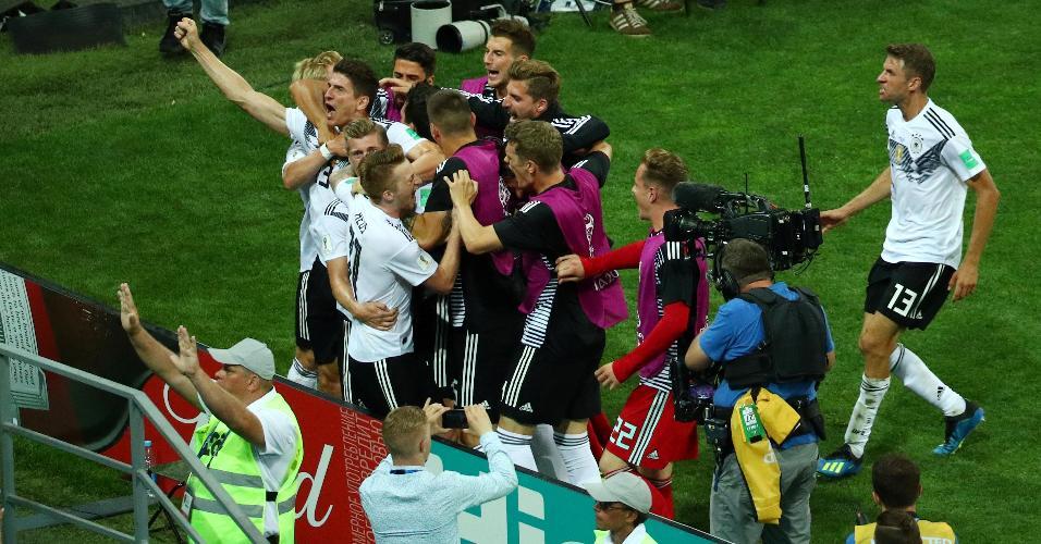 Jogadores da Alemanha comemoram gol de Kroos contra a Suécia