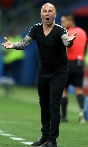 O técnico Jorge Sampaoli reclama durante o jogo entre Argentina e Croácia