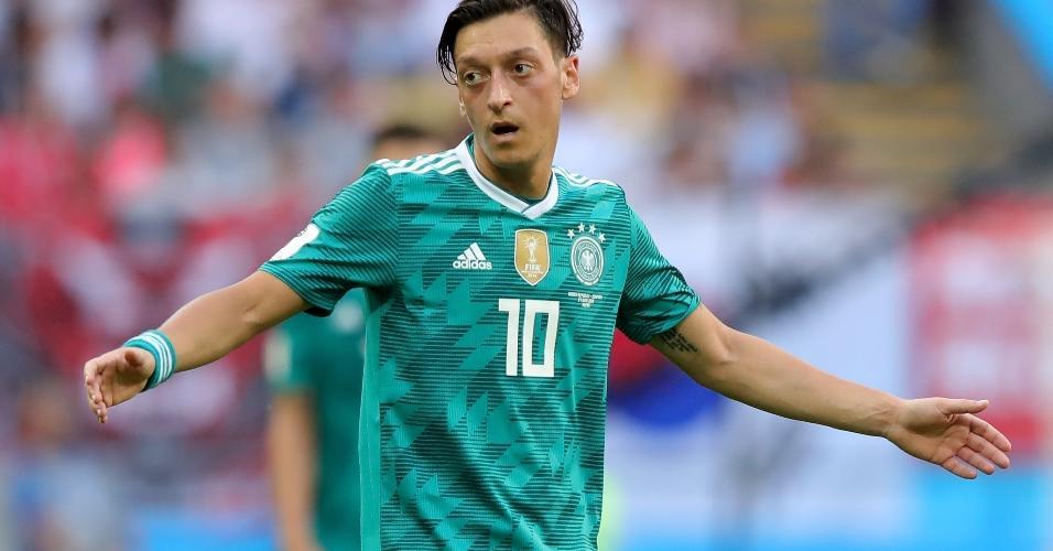 Mesut Ozil reclama na partida da Alemanha contra a Coreia do Sul