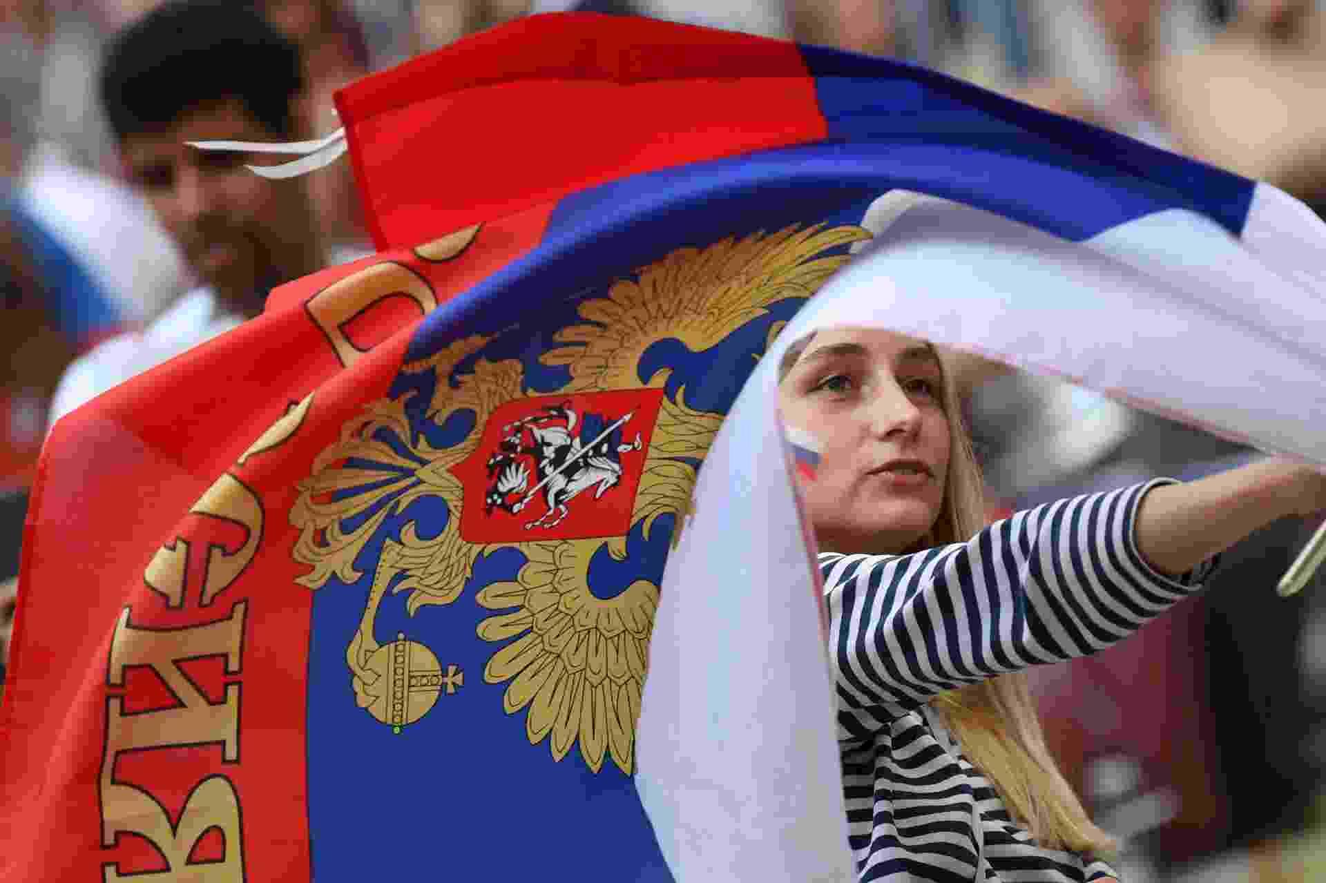 Torcedora agita bandeira russa no estádio em Lujniki antes de jogo contra a Espanha - Francisco Leong/AFP