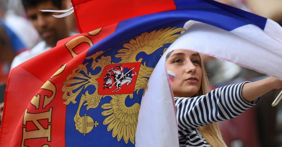 Torcedora agita bandeira russa no estádio em Lujniki antes de jogo contra a Espanha