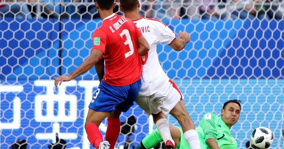 Navas faz excelente defesa em chute de Aleksandar Mitrovic