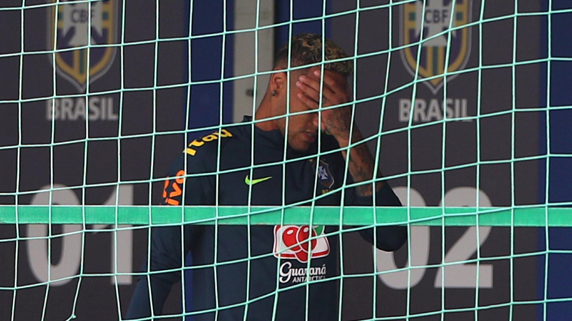 Neymar coloca a mão no rosto após deixar treino com dores