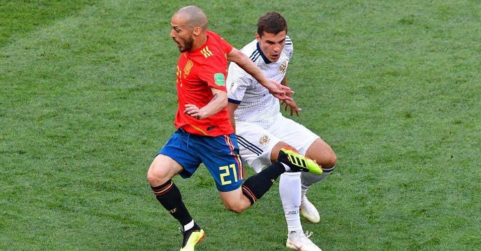 David Silva, da Espanha, divide no meio de campo com Roman Zobnin, da Rússia