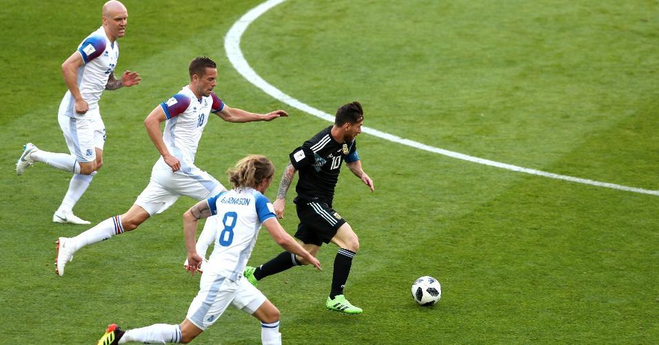 Lionel Messi se livra da marcação de três jogadores da seleção da Islândia