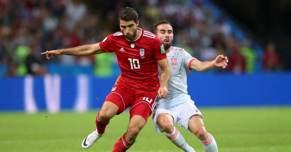 Karim Ansarifard, do Irã, protege a bola do lateral Carvajal, da Espanha