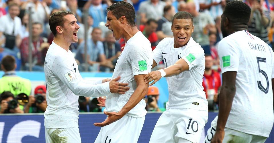 Raphael Varane, da França, celebra com Griezmann, o gol de cabeça marcado no primeiro tempo contra o Uruguai