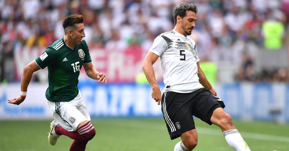 mats Hummels carrega a bola e é observado por Hector Herrera, da seleção do México