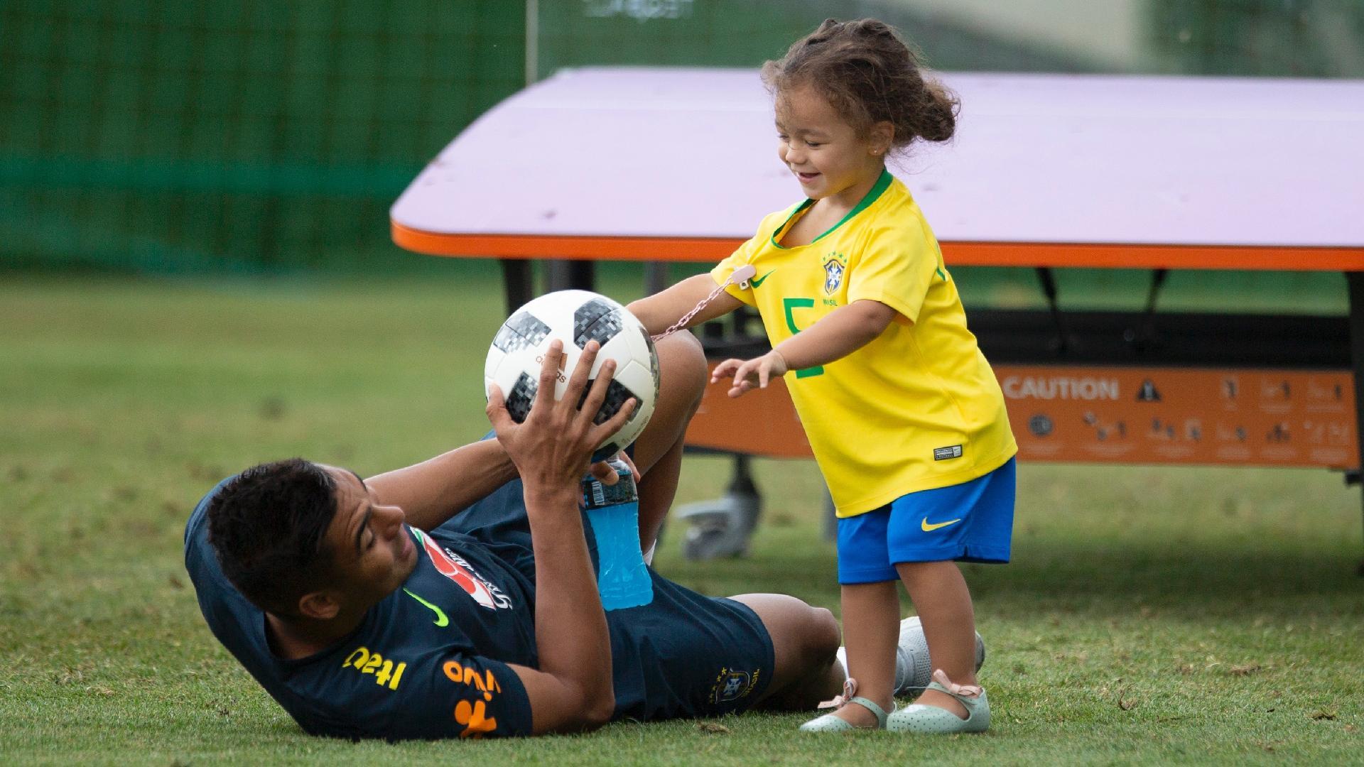 Casemiro brinca com a filha Sara durante treino da seleção brasileira
