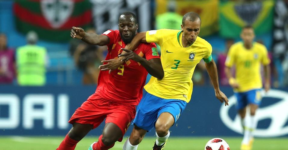 Miranda ganha dividida de Romelu Lukaku durante o jogo entre Brasil e Bélgica
