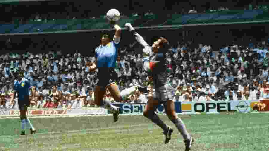 """""""La Mano de Dios"""" é o nome dado ao gol de mão de Maradona nas quartas de final da Copa de 86, contra a Inglaterra - Bob Thomas/Getty Images"""