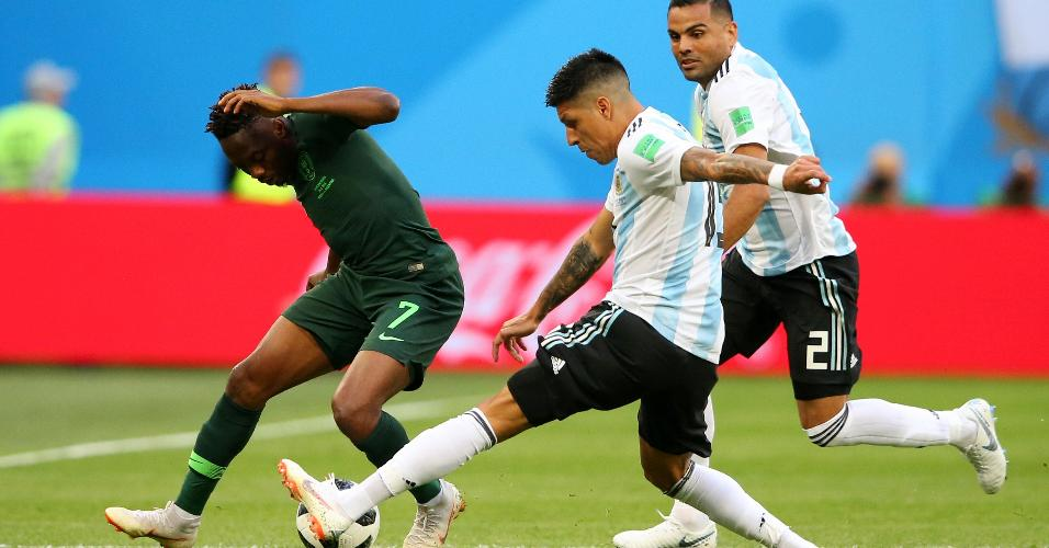 Enzo Pérez e Gabriel Mercado, da Argentina, disputam bola com Ahmed Musa, da Nigéria