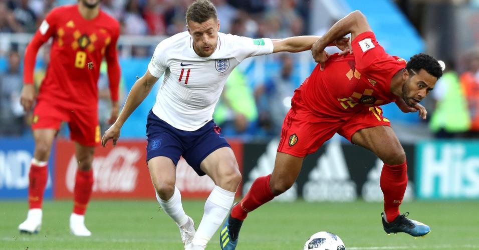 Jamie Vardy e Moussa Dembele dividem bola durante o jogo entre Inglaterra e Bélgica