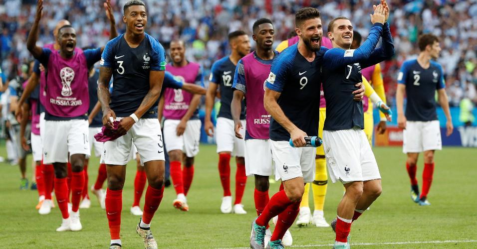 Jogadores da França acenam para a torcida após vitória de 4 a 3 sobre a Argentina