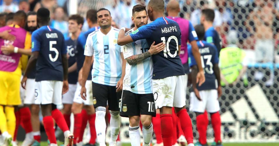 Mbappé, eleito o melhor em campo, abraça Messi após a vitória por 4 a 3 da França sobre a Argentina