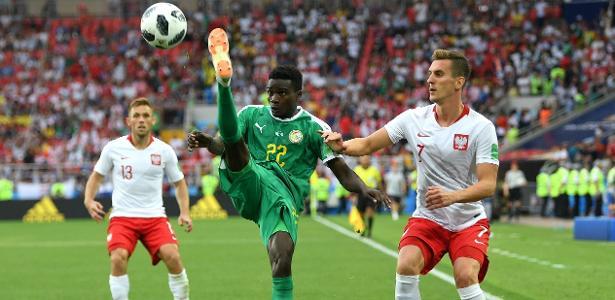 Moussa Wagué em ação contra a Polônia no Mundial da Rússia