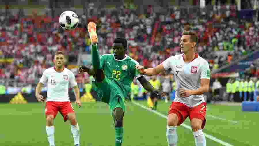 Moussa Wagué em ação contra a Polônia no Mundial da Rússia  - Shaun Botterill/Getty Images
