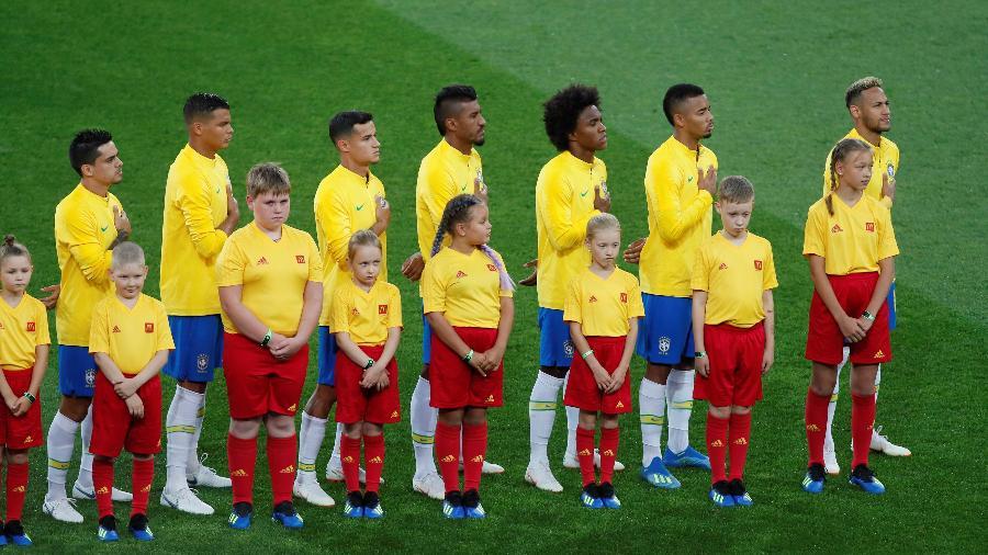 Jogadores do Brasil cantam hino nacional antes de duelo contra a Sérvia - Maxim Shemetov/Reuters