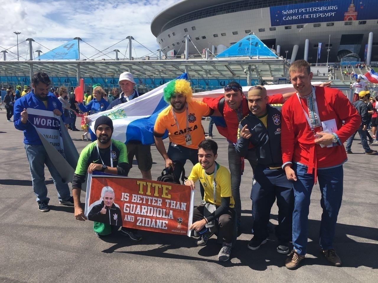Torcedores chegam ao estádio para acompanhar a partida entre Brasil e Costa Rica
