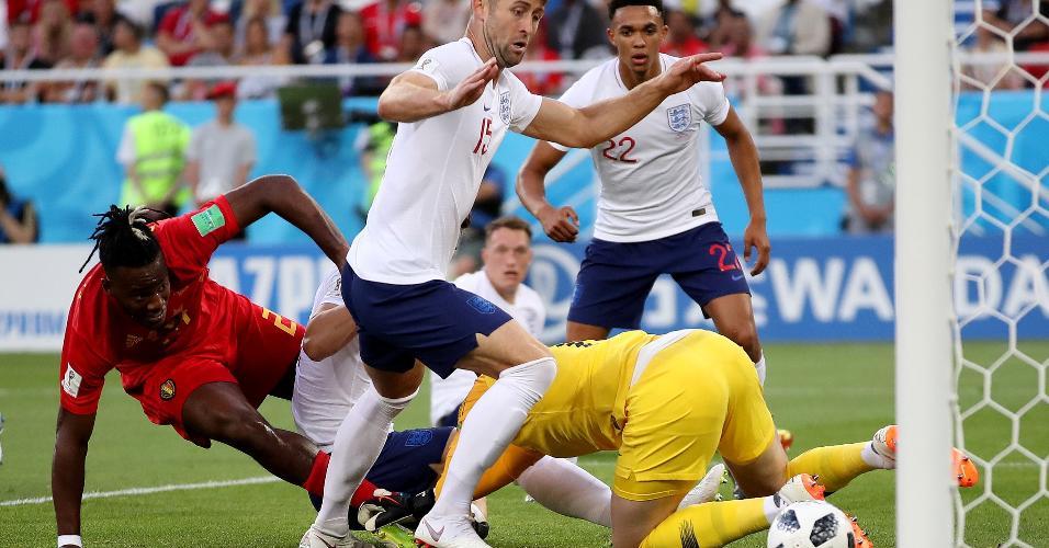 Michy Batshuayi, da Bélgica, observa a bola passar perto do gol após vacilo da zaga da Inglaterra